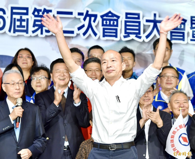 Kaohsiung Mayor Han Kuo-yu, the Chinese Nationalist Party's (KMT) presidential nominee, raises his hands at the founding of a campaign support group in Taipei on Tuesday. Photo: Tu Chien-jung, Taipei Times