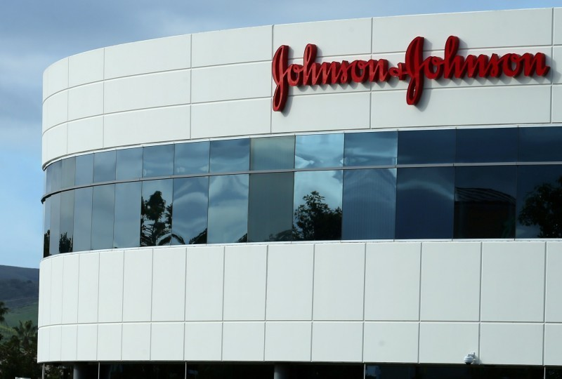 美國1名男子控告嬌生(Johnson & Johnson)藥物導致他「長胸部」,費城陪審團週二裁定,嬌生需支付80億美元(約新台幣2465億)的賠償金。(路透)