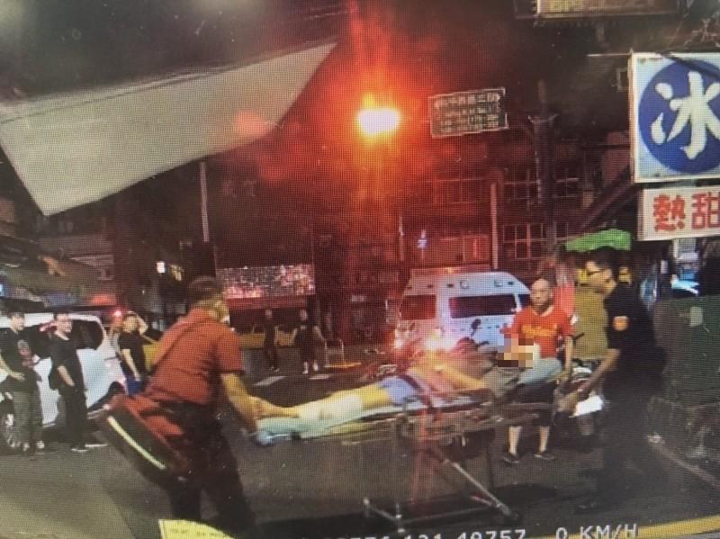 當時救護人員將劉男送醫。(資料照,記者翻攝)