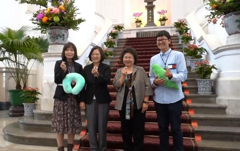 總統蔡英文、總統府秘書長陳菊和韓國攝影師夫婦開心合影。(取自總統府影片)