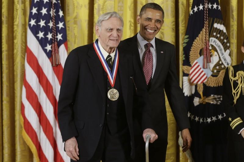 高齡97歲的鋰電池之父古迪納夫(左)獲2019諾貝爾化學獎,也刷新諾貝爾獎得主最高齡的紀錄。圖為2013年2月獲時任美國總統歐巴馬(右)在白宮親手頒贈國家科學獎章。(美聯社資料照)