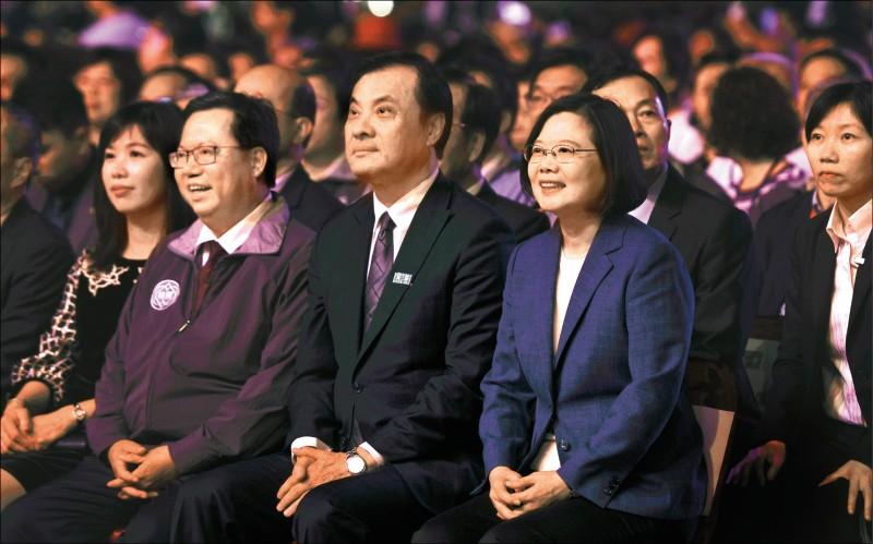 總統蔡英文(前排右起)、立法院長蘇嘉全及桃園市長鄭文燦伉儷昨晚出席國慶晚會,一起欣賞僑胞合唱團的精采表演。(圖文︰記者李容萍)