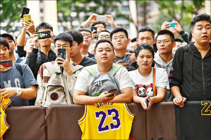 中國抵制NBA,宣傳活動、看板、媒體聯訪全都取消,球迷何去何從。(法新社)