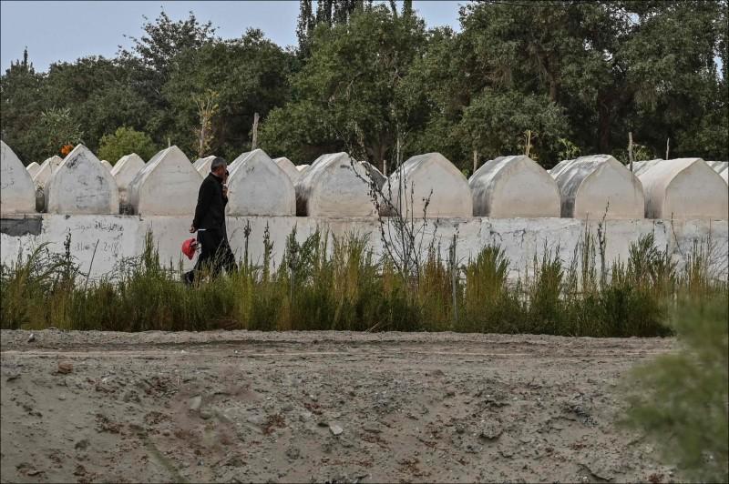 中國正在摧毀埋葬維吾爾族世代的墓地。(法新社)