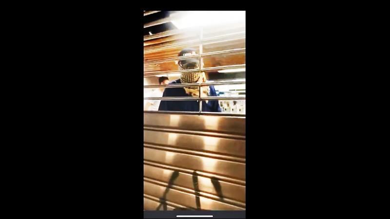 香港網路流傳民眾八日晚間在地鐵上水站外拍攝的影片,顯示已關閉的站內有蒙面男子逗留,懷疑是臥底警員假扮示威者破壞站內設備,企圖栽贓給示威者。(取自網路)