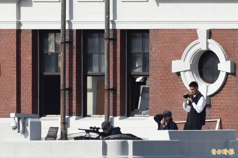 國慶典禮即將展開,國安單位在四周制高點安排了狙擊手警戒。(記者叢昌瑾攝)