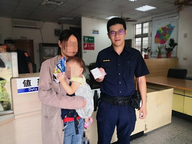 蘇姓女子(左)騎車掉了400元和發票,太平派出所警員陳穎錚認真調監視器,查出蘇女身分歸還遺失現金。(記者陳建志翻攝)