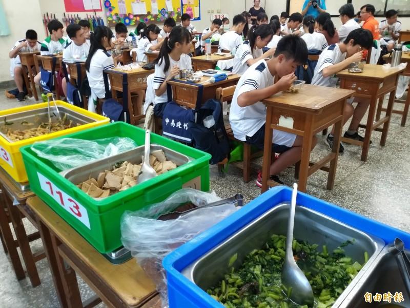 竹北高中的餐廳廚房已使用20多年,設備老舊不敷使用,校方爭取教育部國教署補助改善環境,新廚房在108學年度重新啟用,讓學生吃到熱騰騰的健康午餐。(記者廖雪茹攝)