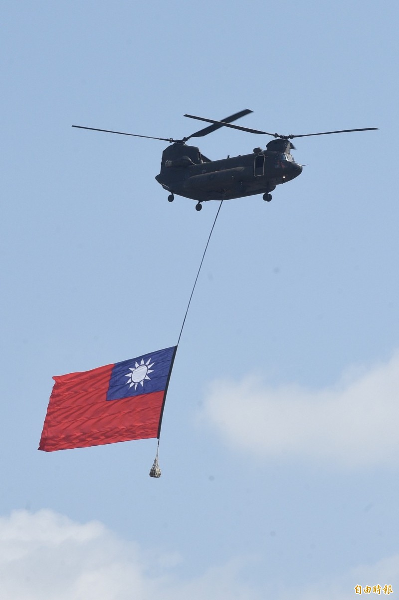 陸軍CH-47吊掛巨幅國旗通過  全場鼓掌歡聲雷動