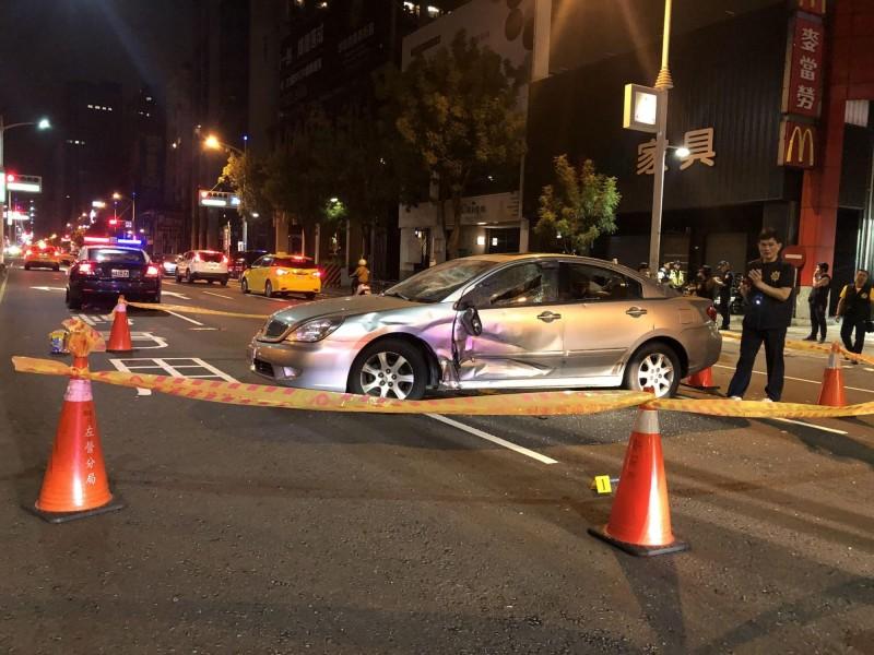 銀色自小客車遭砸橫在街頭。(記者洪臣宏翻攝)