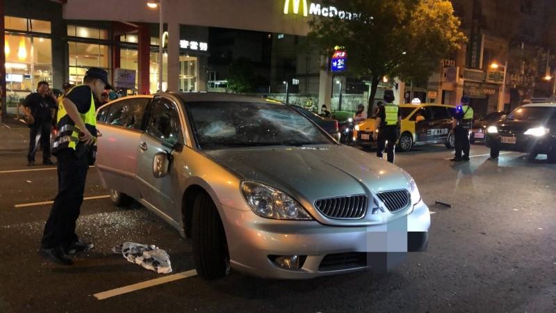 銀色轎車被砸,警方出動大批警力防範街頭暴力。(記者洪臣宏翻攝)