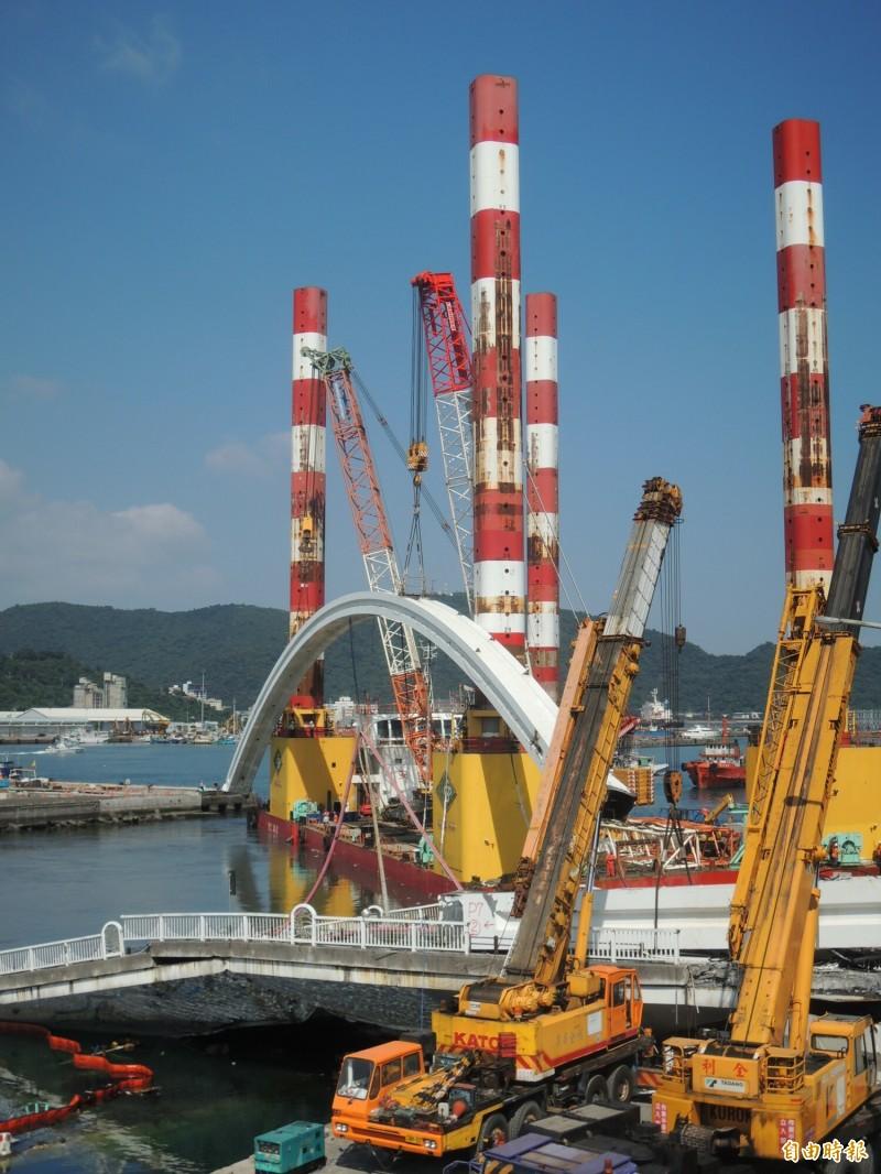 南方澳斷橋橋拱重達320噸。(記者江志雄攝)
