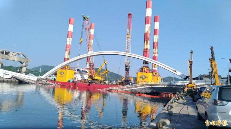 台灣港務公所昨天上午8點啓動斷橋橋拱拆除作業。(資料照,記者江志雄攝)