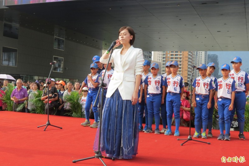中市市府邀請金曲歌后江惠儀及力行國小領唱國歌。(記者蘇金鳳攝)