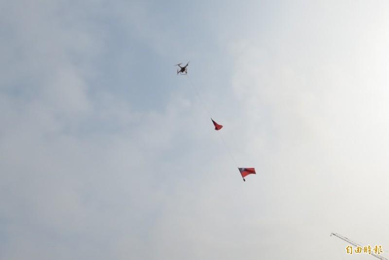 市府用無人機與地面旗手同步國旗進場。(記者蘇金鳳攝)