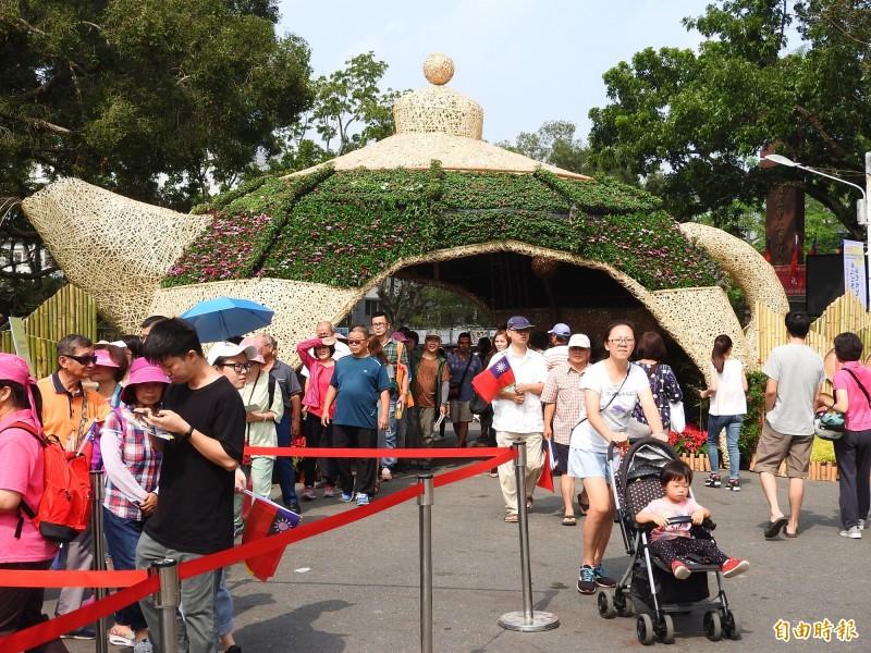 2019南投世界茶業博覽會於雙十連假首日開幕,天公作美,一早即吸引大批民眾進場。(記者佟振國攝)