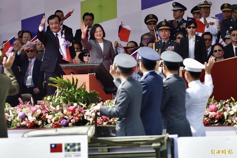 中華民國中樞暨各界慶祝108年國慶大會總統蔡英文向國軍楷模致意。(記者塗建榮攝)