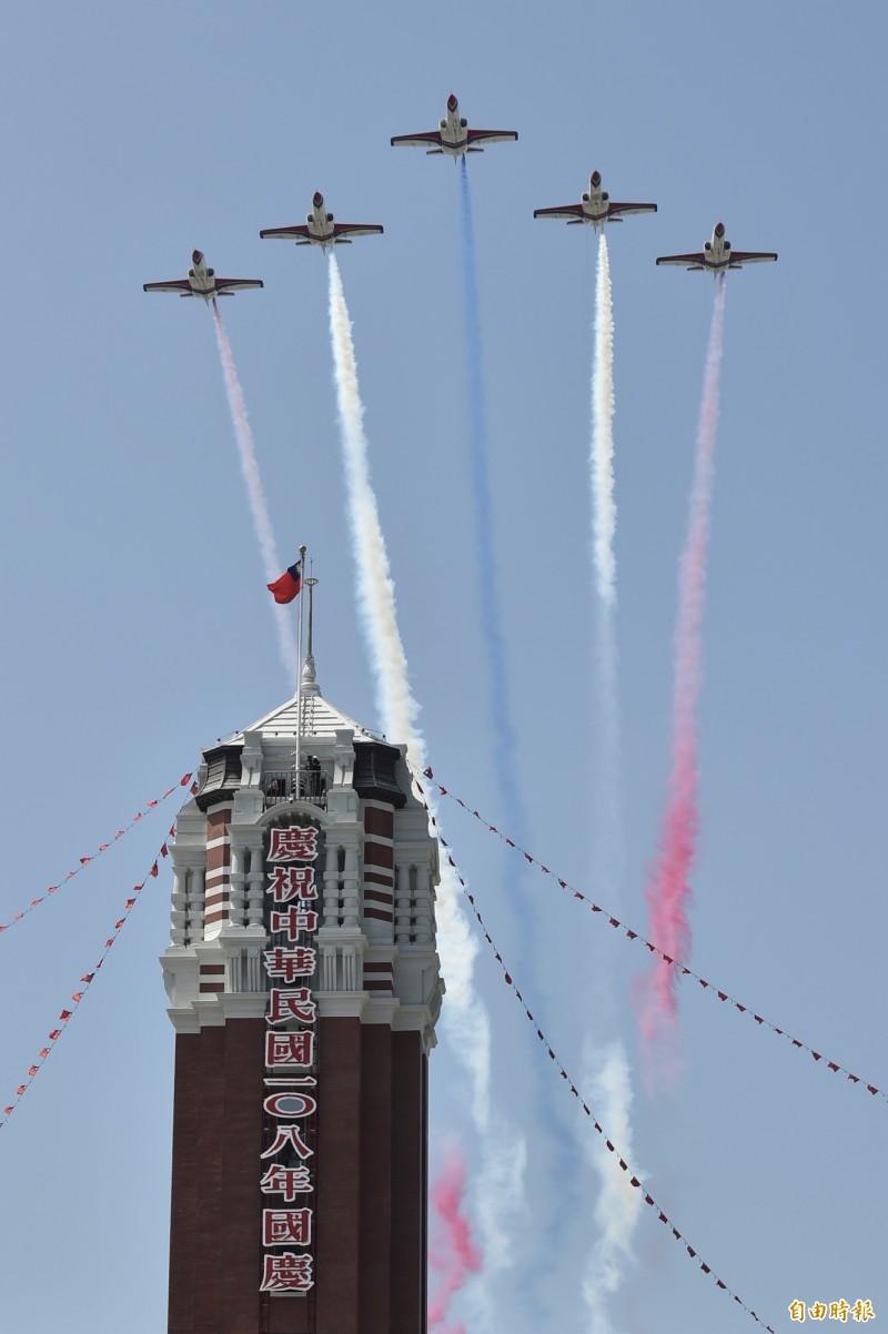 中華民國中樞暨各界慶祝108年國慶大會雷虎特技小組飛越總統府上空。(記者塗建榮攝)