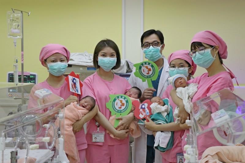 茂盛醫院今天一名國慶寶寶(右2)是在10點10分自然產生下,目前共有5名國慶寶寶。(記者蔡淑媛翻攝)