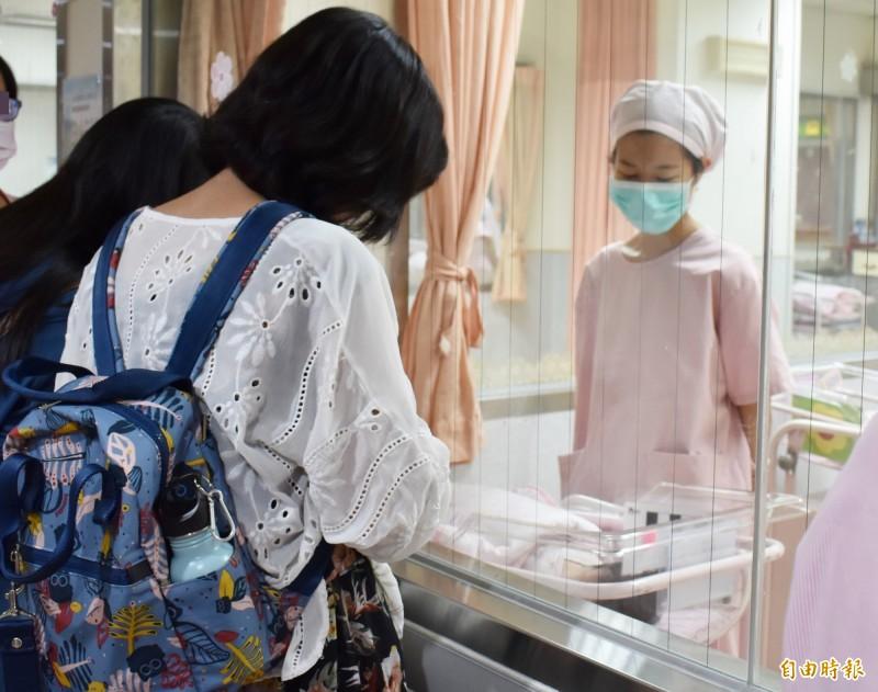 林新醫院國慶日上午已經誕生6名國慶寶寶,家人等不及探視,在嬰兒室外擠滿人。(記者蔡淑媛攝)