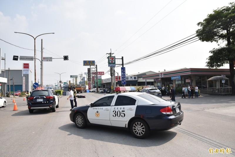 雲林虎尾今天中午發生砂石車與機車事故,機車騎士及乘客當場死亡,警方前往現場採證。(記者黃淑莉攝)