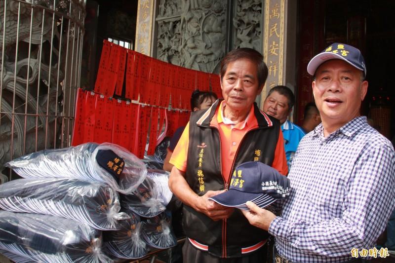 埔鹽業者陳木村(右)自掏腰包,捐贈4000頂順澤宮帽子,只要民眾到場排隊就可直接領取。(記者陳冠備攝)