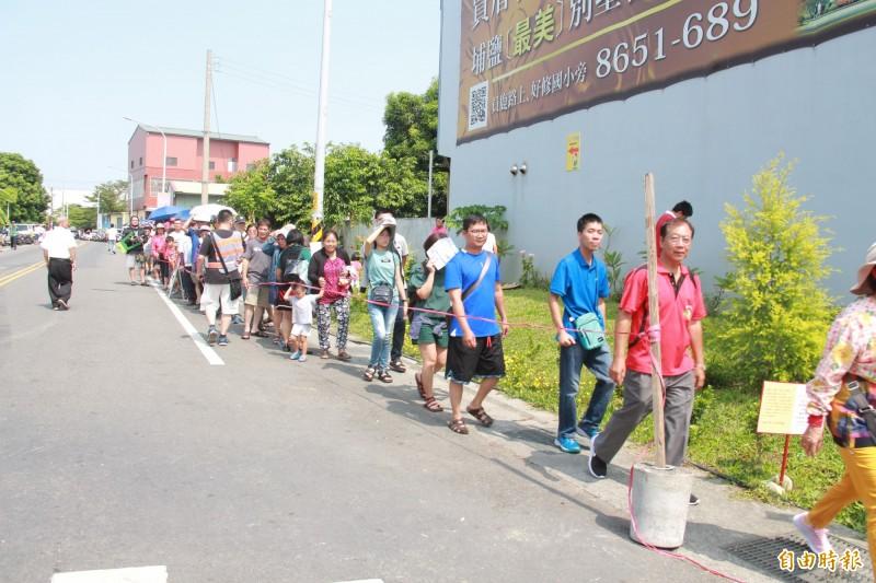國慶連假首日,1000位民眾排隊來領冠軍帽。(記者陳冠備攝)