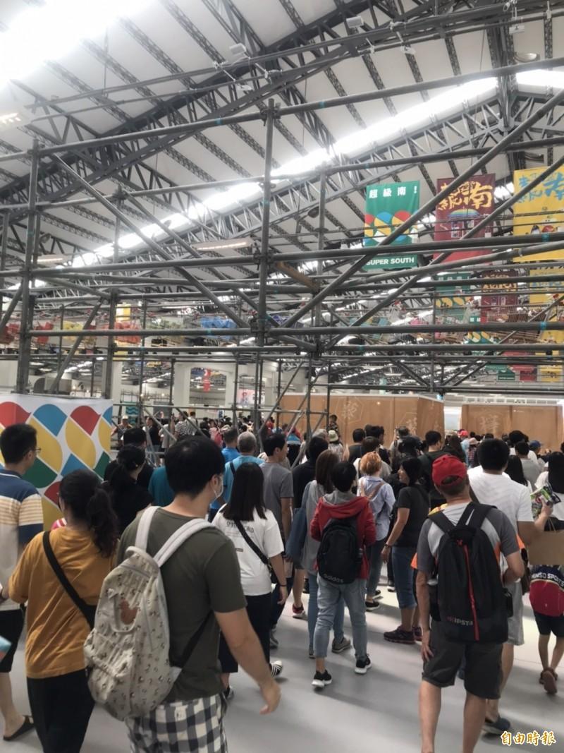台灣設計展連假首日爆人潮。(記者羅欣貞攝)
