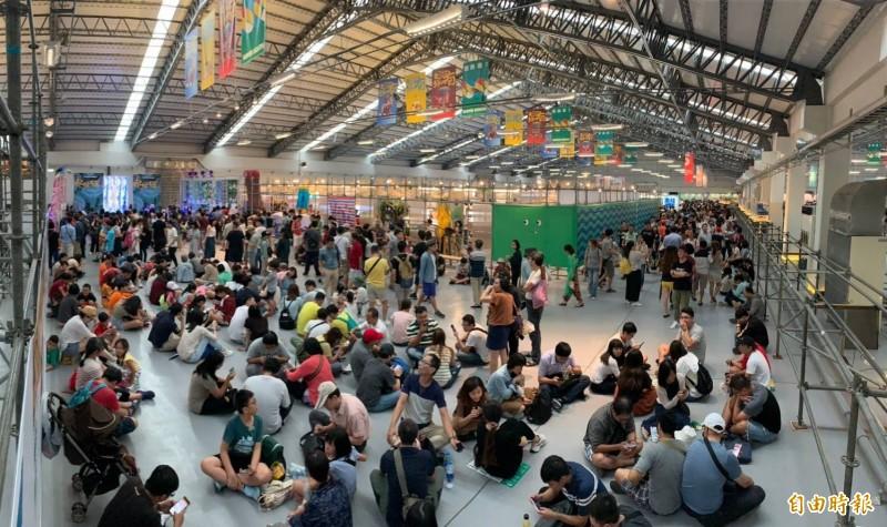 台灣設計展連假首日參觀人潮多。(記者羅欣貞攝)
