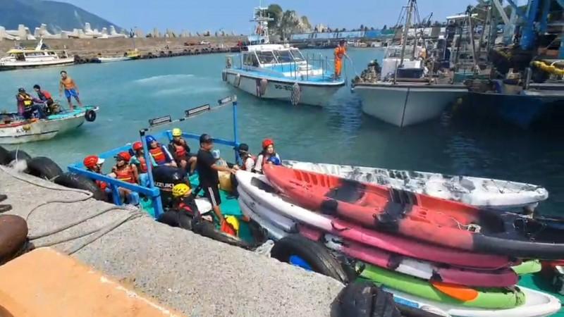 遊客到東澳烏岩角玩獨木舟,遇上強浪,受困海面或落海,搭船返回粉鳥林漁港。(記者江志雄翻攝)