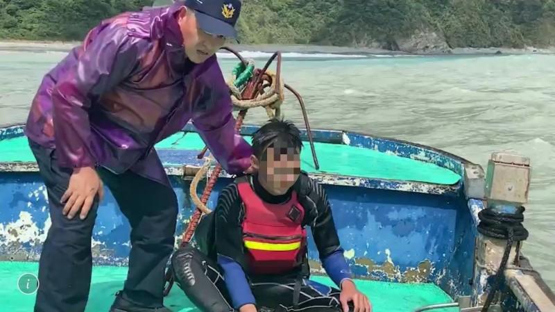 落海者被救上岸。(記者江志雄翻攝)