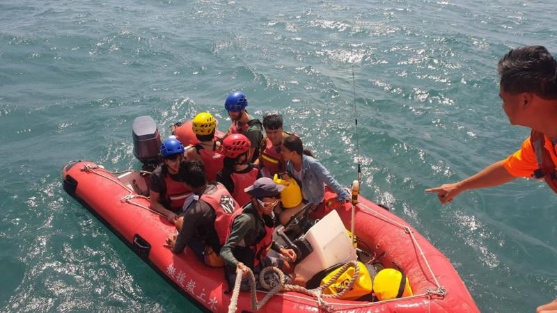 遊客在東澳烏岩角玩獨木舟,遇上強風大浪,造成多人落海及受困海面,蘇澳海巡隊到場救援。(記者江志雄翻攝)
