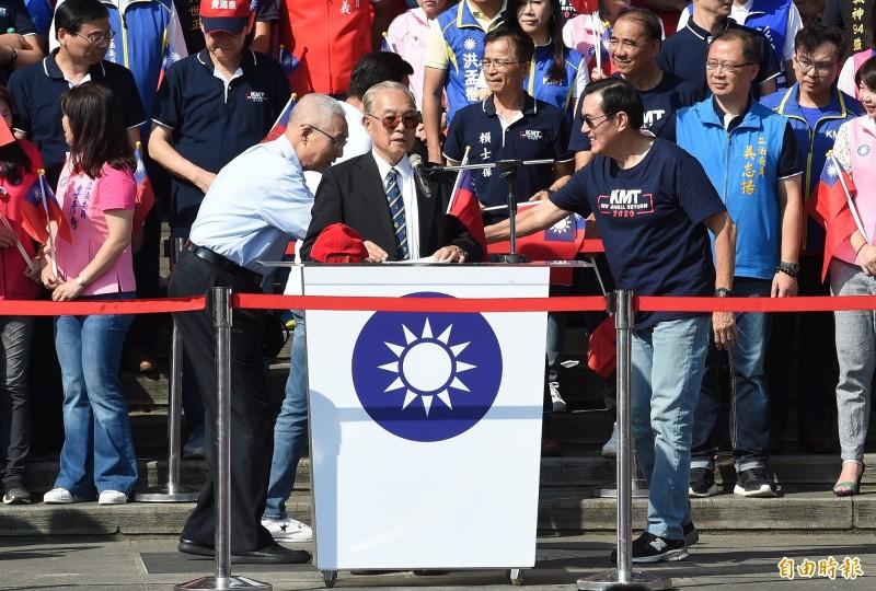 前總統馬英九(右)、國民黨主席吳敦義(左)、國民黨總統參選人韓國瑜夫人李佳芬10日出席愛國旗愛國家國慶大會,馬、吳兩人在大會主席伍世文(前)致詞時握手致意。(記者廖振輝攝)