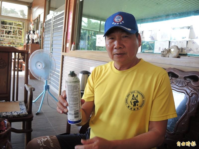 業主陳俊杰表示,受傷狗兒均會噴藥、獲妥善照護。(記者許倬勛攝)