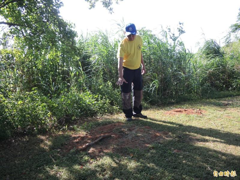 陳俊杰表示,離世狗兒均會安葬在園內。(記者許倬勛攝)
