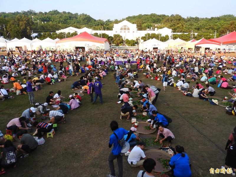 2019南投世界茶業博覽會今天登場,下午4時於中興大操場舉行千人揉茶,吸引逾2000人共同參與。(記者佟振國攝)