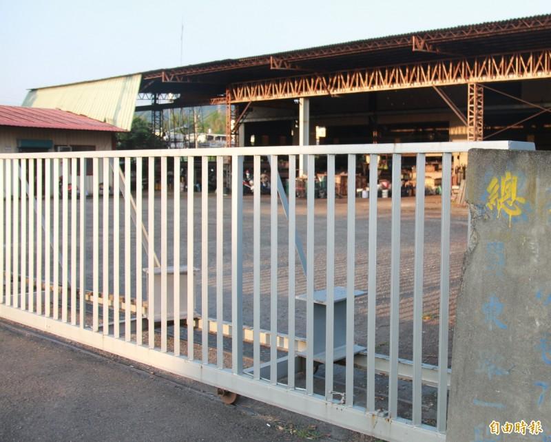 南崗工業區發生3死工安意外,事故員工公司下午廠房大門深鎖,無人出面回應。(記者陳冠備攝)