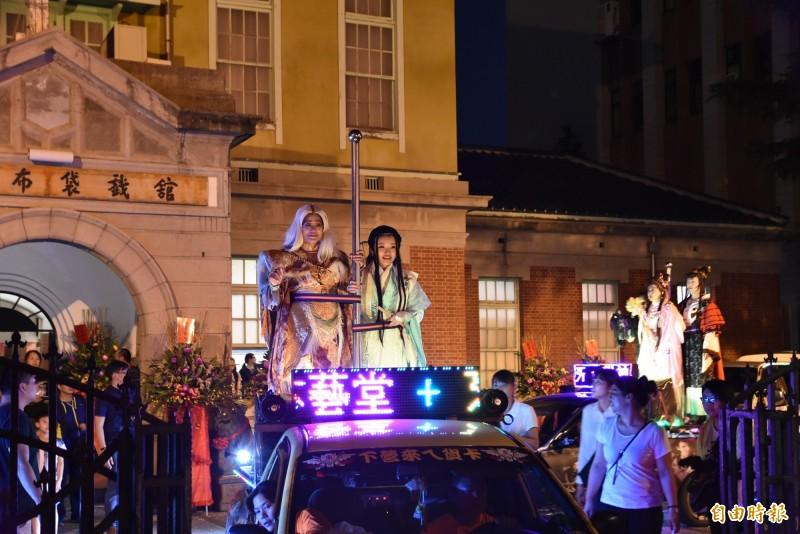 雲林偶戲今天開幕活動由痛車遊行揭開序幕。(記者黃淑莉攝)