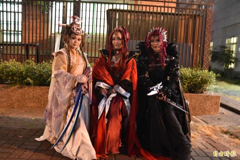 雲林國際偶戲節今天登場,虎尾可見許多Cosplay。(記者黃淑莉攝)