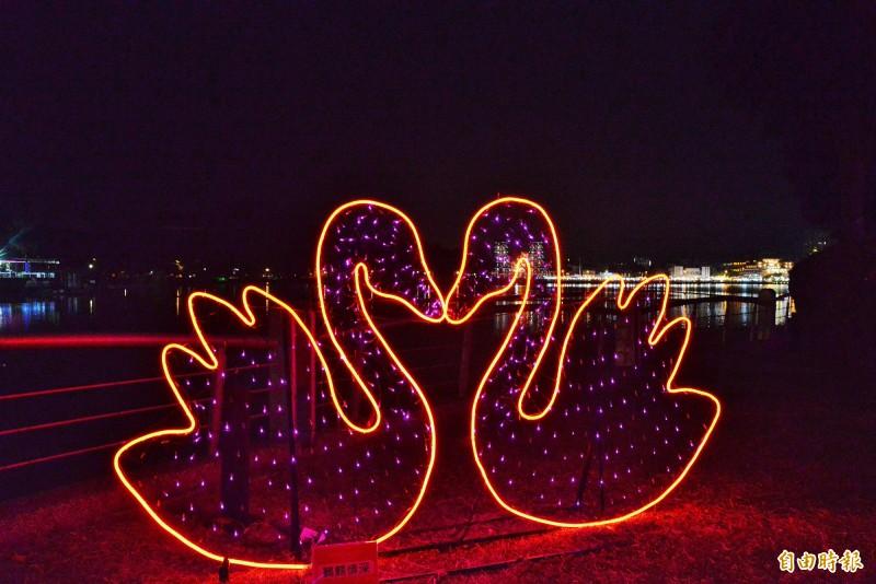 蓮池潭畔的愛你一萬年燈區燈飾。(記者許麗娟攝)