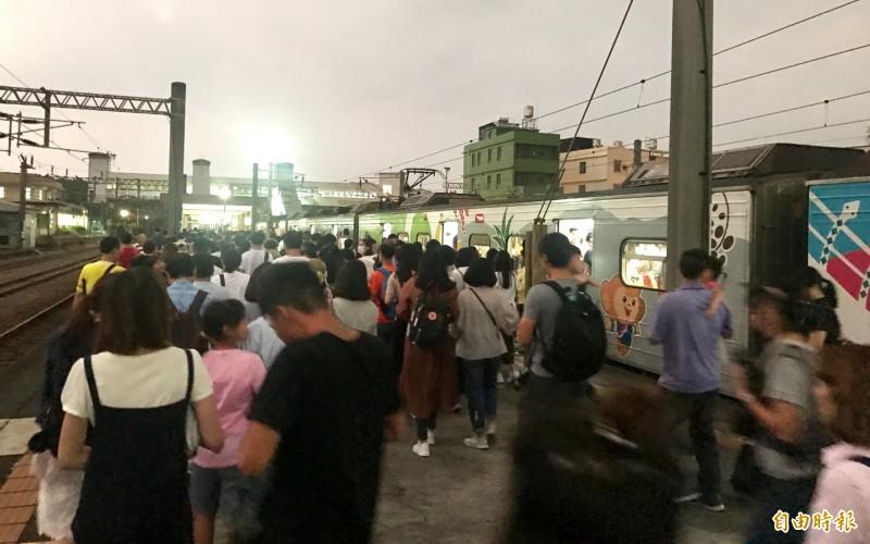 九曲堂車站滿滿人潮。(記者洪臣宏攝)