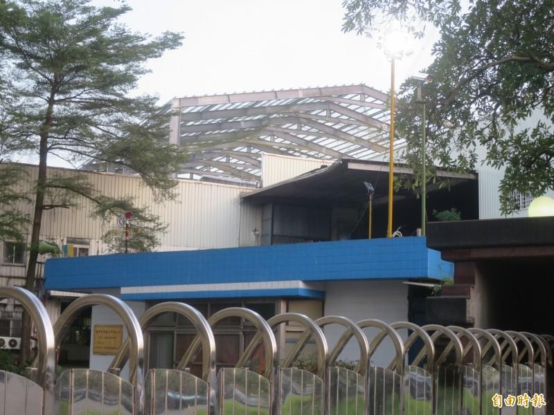 南投南崗工業區一間環保公司,在廠房鋼架工地(遠處)發生三死工安意外。(記者劉濱銓攝)