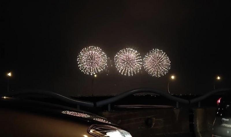 從高屏大橋看到焰火。(讀者提供)