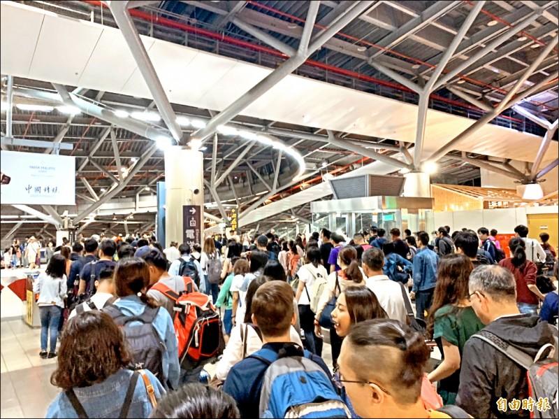 雙十連假前夕,高鐵台南站湧進搭車人潮。(記者吳俊鋒攝)