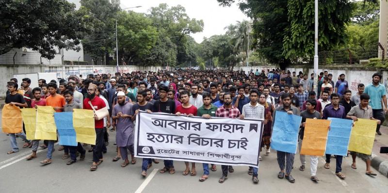 孟加拉工程技術大學的學生們走上街頭要求處死兇嫌。(歐新社)