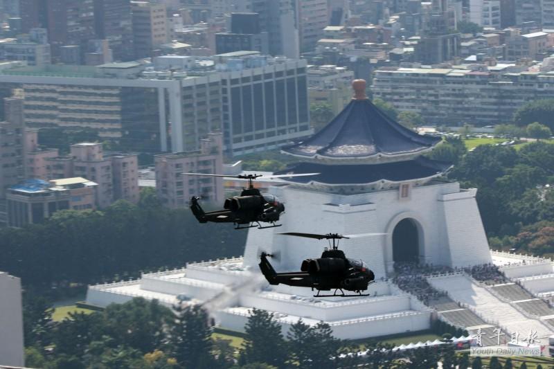 陸軍眼鏡蛇攻擊直升機在駕駛艙上掛出國旗。(圖:取自青年日報臉書專頁)