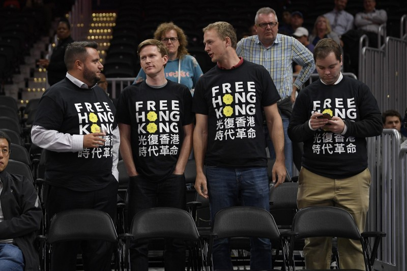 球迷在廣州龍獅對華盛頓巫師的比賽中穿T恤挺港。(美聯社)