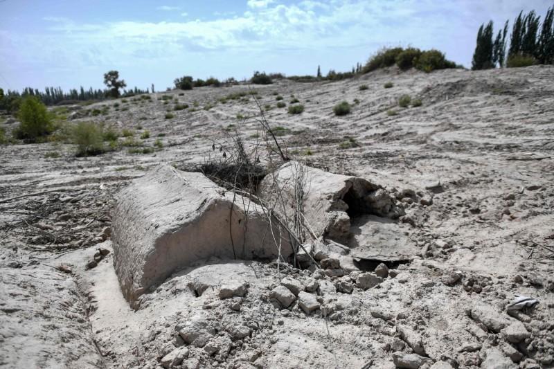 被挖毀的墓園宛如荒土一片。(法新社)