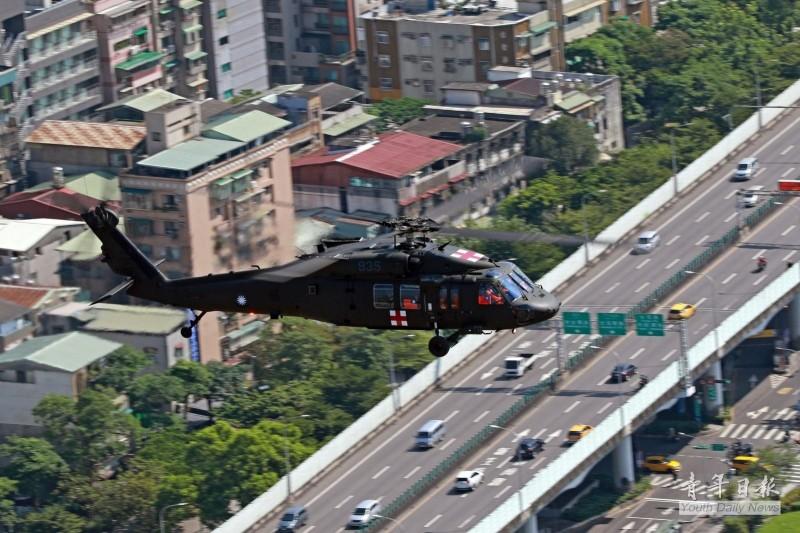 空軍黑鷹救護直升機在駕駛艙及機側,都掛出國旗一同慶祝國慶。(圖:取自青年日報臉書專頁)
