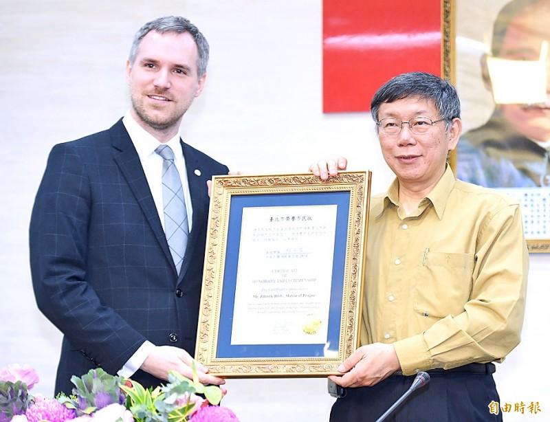 Taipei Mayor Ko Wen-je, right, presents a certificate of honorary citizenship to Prague Mayor Zdenek Hrib in Taipei on March 28. Photo: Liao Chen-huei, Taipei Times